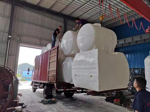 整车20吨、30吨卧式水箱发往白沙(图1)